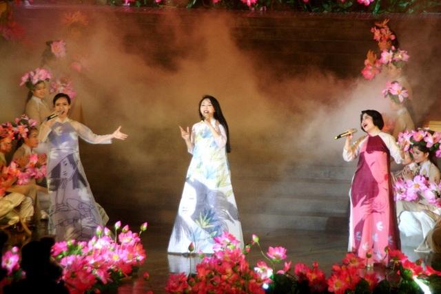 Những mẫu áo dài trên tác phẩm hội họa bật mí trước với khán giả trong 1 tiết mục đêm khai mạc Festival
