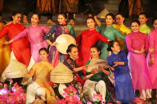 Áo dài, nón lá tràn đầy sân khấu khai mạc trong các tiết mục đặc sắc