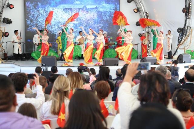 Chương trình gồm nhiều tiết mục đặc sắc, ấn tượng, mang đậm dấu ấn văn hóa truyền thống của văn hóa nghệ thuật Việt Nam.