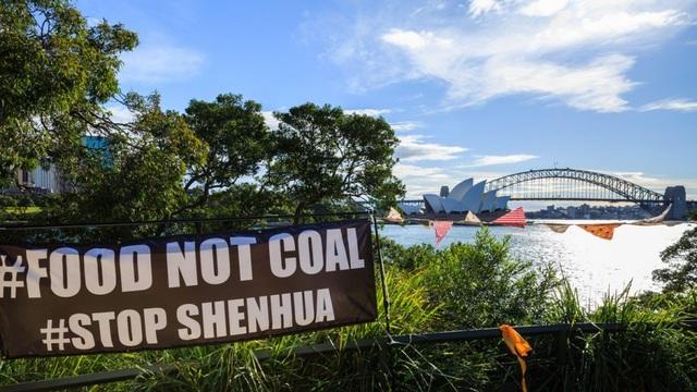 Băng rôn phản đối dự án khai thác than của công ty Shenhua Trung Quốc tại Australia (Ảnh: Alamy)