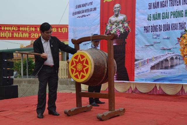 Ông Nguyễn Đức Chính, Chủ tịch UBND tỉnh Quảng Trị đánh trống kêu gọi ngư dân ra quân khai thác hải sản vụ cá Nam