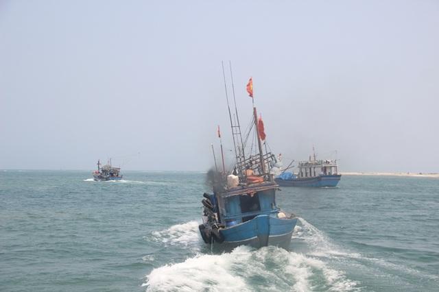 Ngư dân dong thuyền ra khơi khai thác hải sản