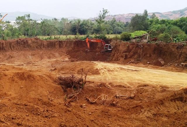 Hàng nghìn m3 đất mang đi bán nhưng biên bản lại cho rằng san lấp để làm nhà