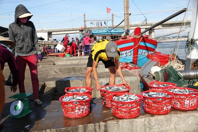 Những mẻ cá tươi ngư dân khai thác ngoài khơi trở về