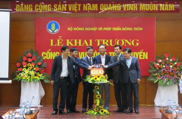 Thứ trưởng Hà Công Tuấn (thứ 3 từ phải qua) cùng các đại biểu nhấn nút khai trương Cổng dịch vụ công trực tuyến.