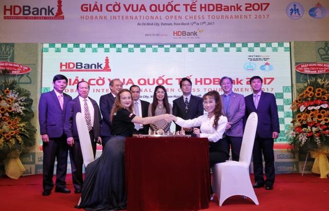 Bà Nguyễn Thị Phương Thảo (ngồi bên phải) - PCT HĐQT HDBank, người luôn ấp ủ giấc mơ vinh danh trí tuệ Việt, người nuôi dưỡng giấc mơ phát triển môn thể thao trí tuệ cờ vua ở Việt Nam