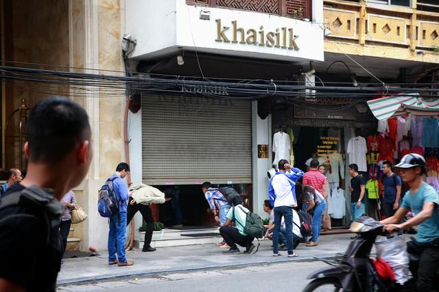 Cửa hàng của Khaisilk tại số 113 Hàng Gai đã đóng cửa sau sự cố cắt mác hàng nhập từ Trung Quốc để gắn hàng sản xuất ở Việt Nam