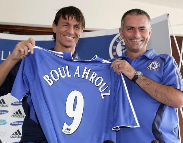 Khalid Boulahrouz (trái) và HLV Mourinho