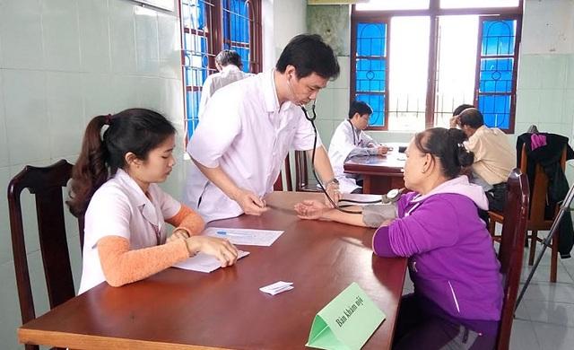 Sở Y tế tỉnh Quảng Bình phối hợp với Trung tâm Y tế Dự phòng huyện Quảng Trạch và Bệnh viện Đa khoa Bắc Quảng Bình khám bệnh và cấp thuốc miễn phí cho người dân xã Quảng Xuân. (Ảnh T.P)