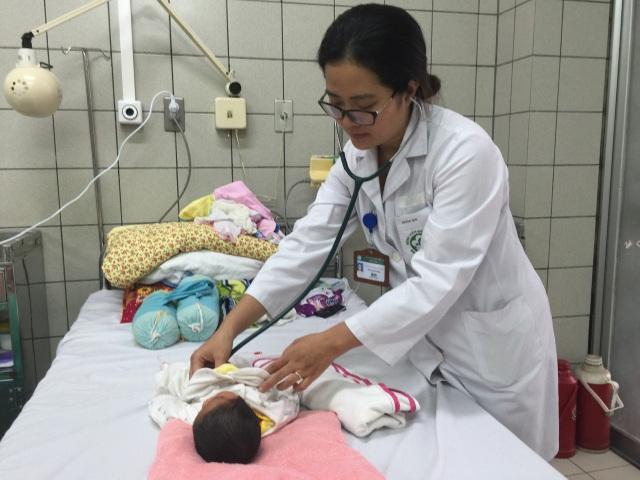 BS Lan Anh kiểm tra sức khỏe cho bệnh nhi trước khi xuất viện về nhà (Ảnh: Bệnh viện Bạch Mai)