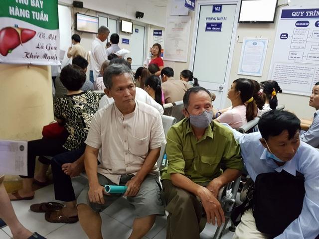 Người bệnh chờ khám tại BV Bệnh Nhiệt đới Trung ương. Ảnh: H.Hải