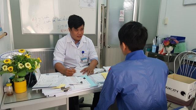 Tư vấn cho người bệnh tại Trung tâm phòng chống HIV/AIDS tỉnh Khánh Hòa. Ảnh: H.Hải