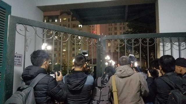 Các phóng viên theo dõi sự kiện từ bên ngoài tòa nhà