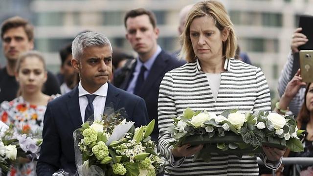Thị trưởng Khan (trái) đặt vòng hoa tưởng niệm các nạn nhân trong vụ tấn công tại London (Ảnh: BBC)