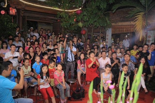 Khán giả kéo đến đông nghịt xem nghệ sỹ biểu diễn.
