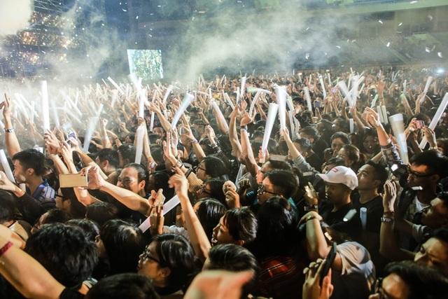 Hàng ngàn khán giả đã cùng hòa giọng cùng nữ ca sĩ trong những sáng tác quen thuộc như Yêu dại khờ, Mãi yêu,...