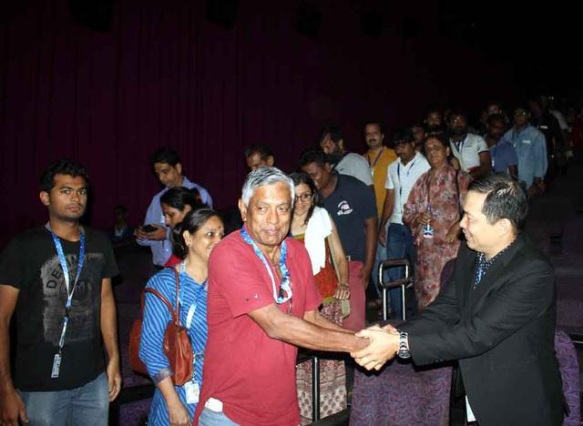 Đạo diễn Lương Đình Dũng bắt tay khán giả tại LHP.