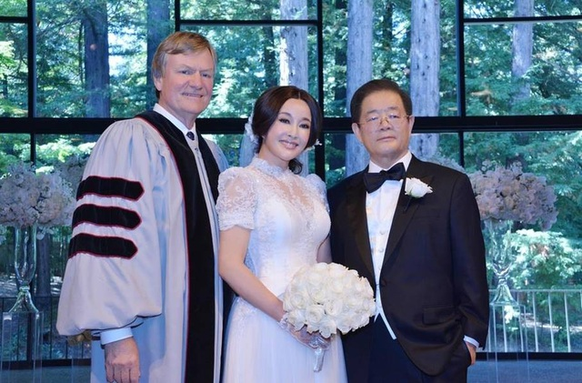 Vợ chồng Lưu Hiểu Khánh trong hôn lễ tại Mỹ vào năm 2013.