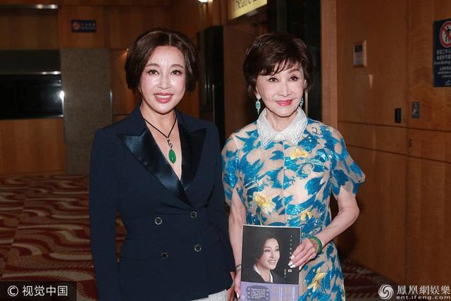 Lưu Hiểu Khánh được truyền thông săn đón và quan tâm trong ngày ra mắt cuốn sách mới. Bà cho biết, cuộc đời bà đã trải qua nhiều thăng trầm nhưng bà chưa bao giờ mất niềm tin vào tình yêu. Bà hạnh phúc với cuộc sống hiện tại dù người đàn ông của bà từng có con riêng.