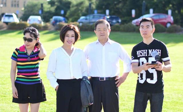 Lưu Hiểu Khánh chụp ảnh cùng chồng và con riêng của chồng tại Mỹ. Nữ diễn viên nổi tiếng quý mến con riêng của chồng như con ruột.