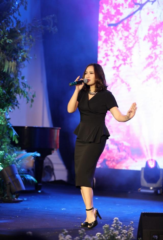 Ca sĩ Khánh Linh khoe vẻ đằm thắm, xuân sắc trong một thiết kế đen thanh lịch. Hạnh phúc viên mãn, Khánh Linh ngày càng đẹp hơn.
