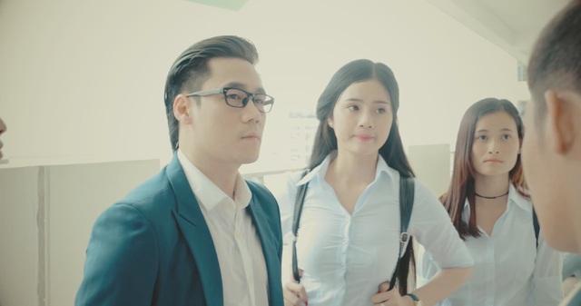 Trong phim ngắn này, Khánh Phương vào vai một tên tội phạm khóc hình ảnh hotboy học đường.