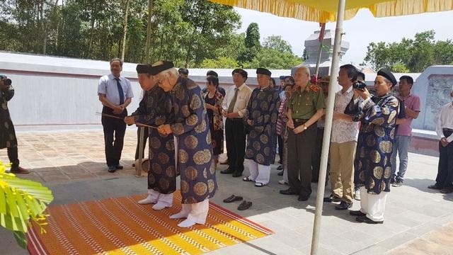 Hội đồng Trị sự Nguyễn Phước Tộc dâng hương tại lăng chúa Tiên