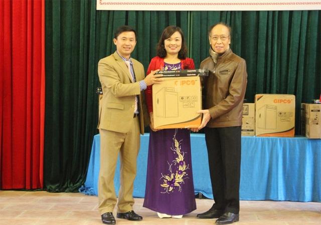 Nhà báo Phạm Huy Hoàn thay mặt cho Báo Đầu tư trao phần quà bằng hiện vật cho đại diện Trường Tiểu học Nga My I.