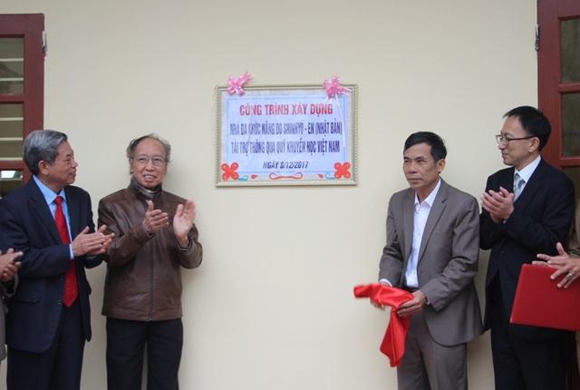 Nhà báo Phạm Huy Hoàn và ông Thái Quang Hải cùng kéo tấm vải che biển tên công trình.