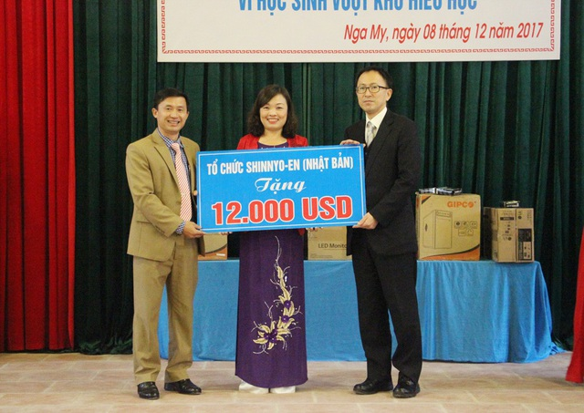 Ngài Shimada Hideki trao số tiền tài trợ cho Trường Tiểu học Nga My I.