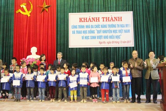 Tại Lễ Khánh thành, Quỹ Khuyến học Việt Nam đã trao 30 xuất học bổng tới các em học sinh nghèo có thành tích học tập tốt.