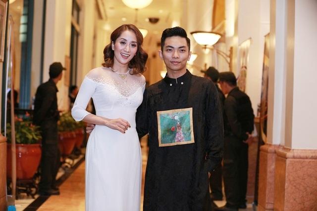 Phan Hiển ôm eo bà xã Khánh Thi.