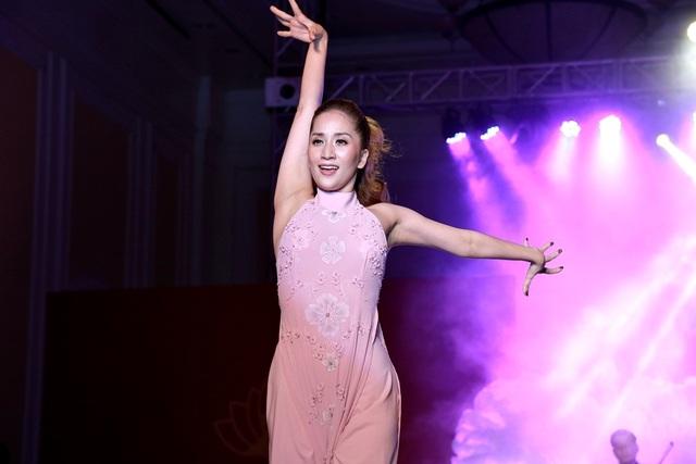 """Phan Hiển tình tứ ôm eo, ngọt ngào khen Khánh Thi """"em rất đẹp"""" - 9"""