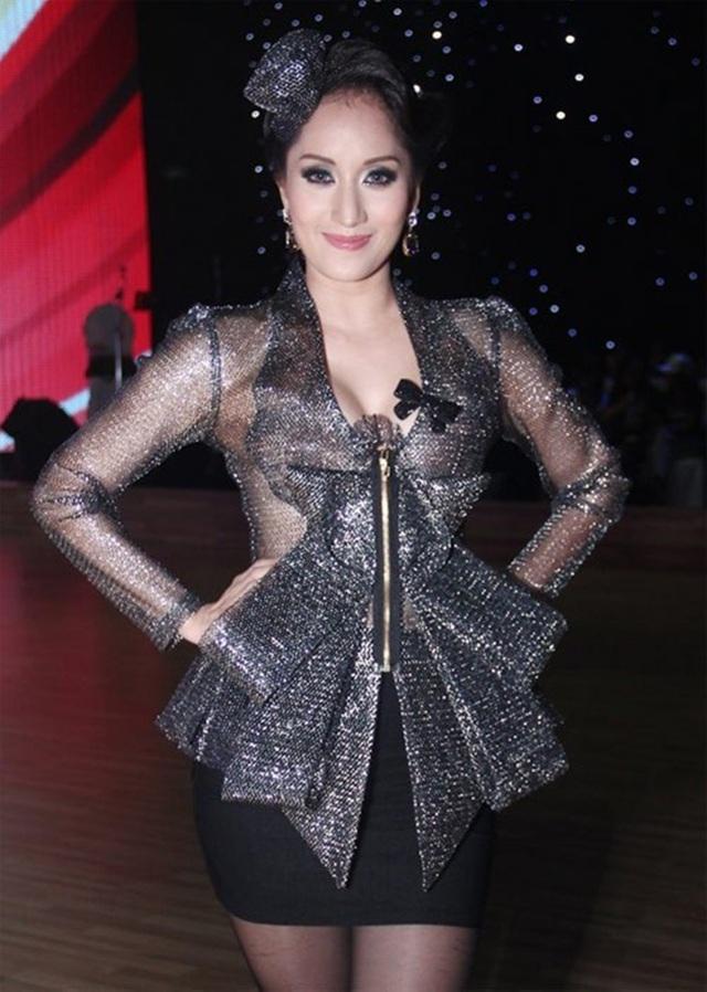 Khi ngồi ghế nóng Bước nhảy hoàn vũ 2012, Khánh Thy đã không ít lần bị khán giả chỉ trích vì gu thời trang quá diêm dúa, rườm rà và sến sẩm.