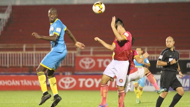 Các sân bóng ở V-League thường xuyên đối diện với tình trạng vắng khán giả (ảnh: Trọng Vũ)