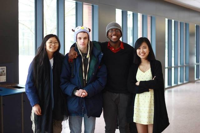 Trần Khánh Linh (phải) – tác giả bài viết hiện là du học sinh Mỹ.