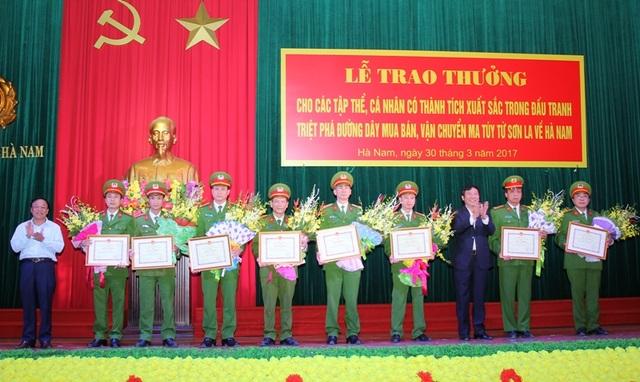 Trao thưởng cho các cá nhân, tập thể có thành tích xuất sắc trong đấu tranh triệt phá đường dây mua bán, vận chuyển ma túy từ Sơn La về Hà Nam (ảnh: Công an Hà Nam)