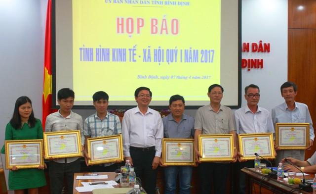 Dịp này, UBND tỉnh Bình Định cũng tặng bằng khen cho 5 tập thể và 6 cá nhân, trong đó có báo Dân trí vì thành tích đột xuất, xuất sắc trong công tác ứng cứu và giúp đỡ nhân dân khắc phục hậu quả lũ lụt xảy ra những tháng cuối năm 2016.