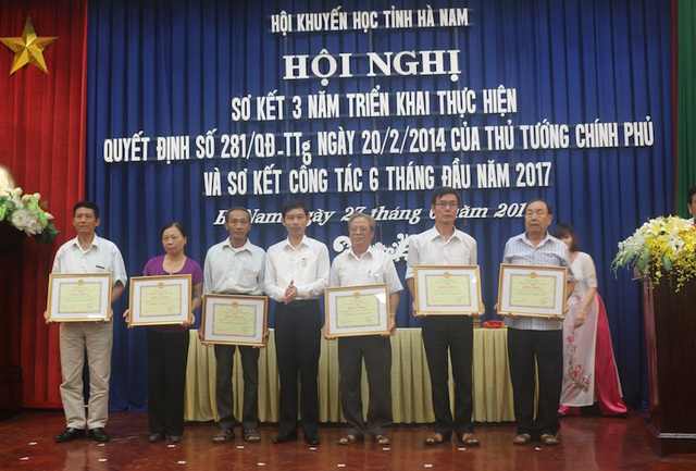 Ông Bùi Quang Cẩm, Phó chủ tịch UBND tỉnh Hà Nam trao Bằng khen của UBND tỉnh Hà Nam cho 6 tập thể có thành tích xuất sắc trong sự nghiệp Khuyến học