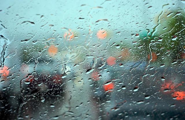 Gạt nước có tác dụng giúp bạn có tầm quan sát khi di chuyển trong trời mưa cũng như rửa sạch kính chắn gió khi bị bụi che phủ.