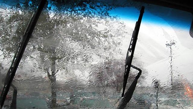 Có các khu vực nằm trong tầm hoạt động của gạt nước bị bỏ sót: Lưỡi gạt bị vênh, không ép bám vào bề mặt kính chắn gió.