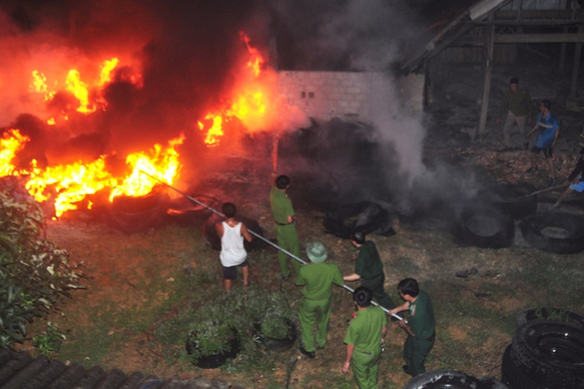 Kho lốp gần cây xăng cháy dữ dội, hàng trăm người sơ tán trong đêm - 3