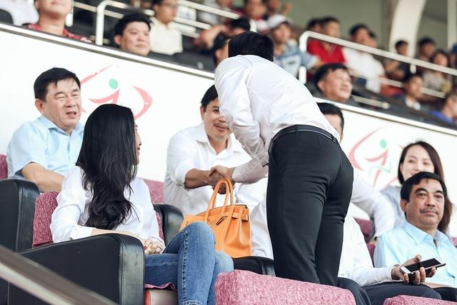 Cựu cầu thủ đội tuyển quốc gia cũng không quên bắt tay chào hỏi những quan chức có mặt tại khu vực VIP theo dõi trận đấu.