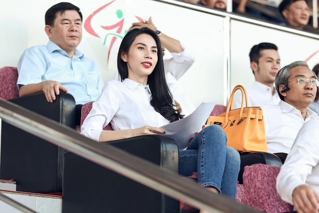 Trong suốt trận đấu, Thủy Tiên theo dõi và cổ vũ cho đội bóng của chồng mình.