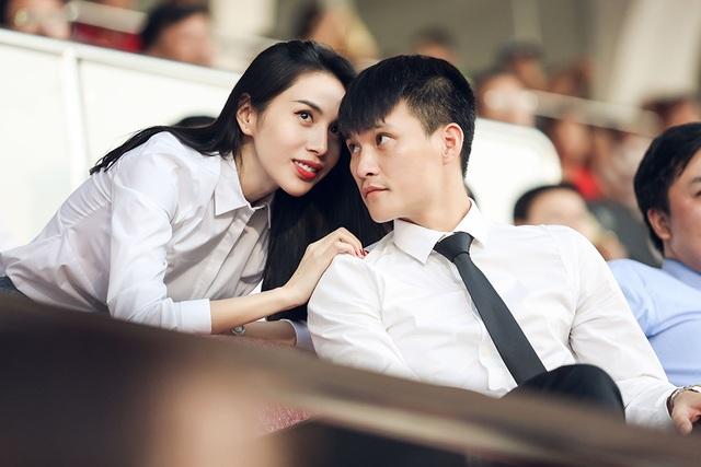 Khi có thắc mắc về trận đấu, Thủy Tiên quay sang hỏi chồng.