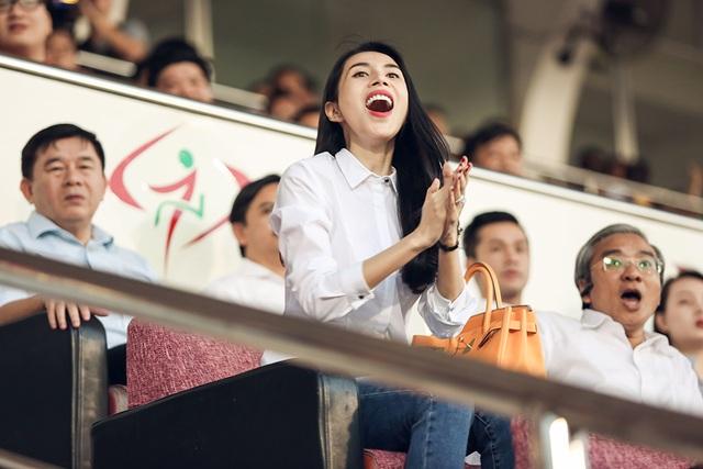 Thủy Tiên và các khán giả có mặt ở sân Thống Nhất vỡ òa vì bàn thắng muộn, kết quả 1-1 mang về 1 điểm cho đội chủ nhà.