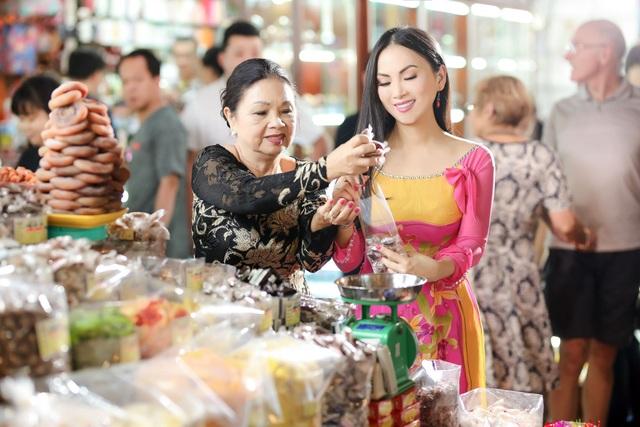 Hà Phương tiết lộ, mình đặc biệt yêu thích các loại mứt nên thường mua nhiều để thưởng thức trong những ngày Tết. Nữ ca sĩ còn tranh thủ ghé đường sách mua các ấn phẩm về văn hóa Tết cổ truyền để mang về Mỹ, giúp hai con hiểu thêm về những nét sinh hoạt truyền thống của người Việt.