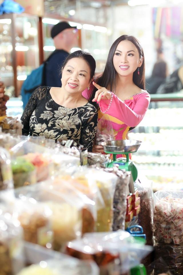 Cả năm tất bật trên đất khách, Hà Phương chỉ mong đến dịp xuân để về nhà đoàn tụ cùng ba mẹ, cùng họ đón không khí xuân đang về cũng như thăm hỏi, giúp đỡ bà con nghèo.