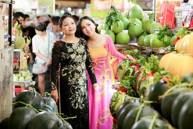Đối với nữ ca sĩ được yêu thích ở thể loại nhạc trữ tình dân ca, Tết ở Việt Nam bao giờ cũng trọn vẹn hơn ở Mỹ, vì có đông đủ người thân ruột thịt. Cô thường tự tay làm các món ăn đặc trưng của ngày Tết, cùng chồng mừng tuổi cho hai con trong những ngày Tết âm lịch.