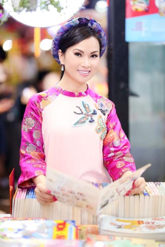 Nhân dịp về quê ăn Tết, Hà Phương cùng mẹ đi đến những địa điểm nổi tiếng của TP HCM như chợ hoa ở công viên 23/9, đường sách Nguyễn Văn Bình, chợ Bến Thành để mua các món ăn đặc trưng, các vật dụng trang hoàng nhà cửa và phong bao lì xì cho các thành viên trong gia đình.